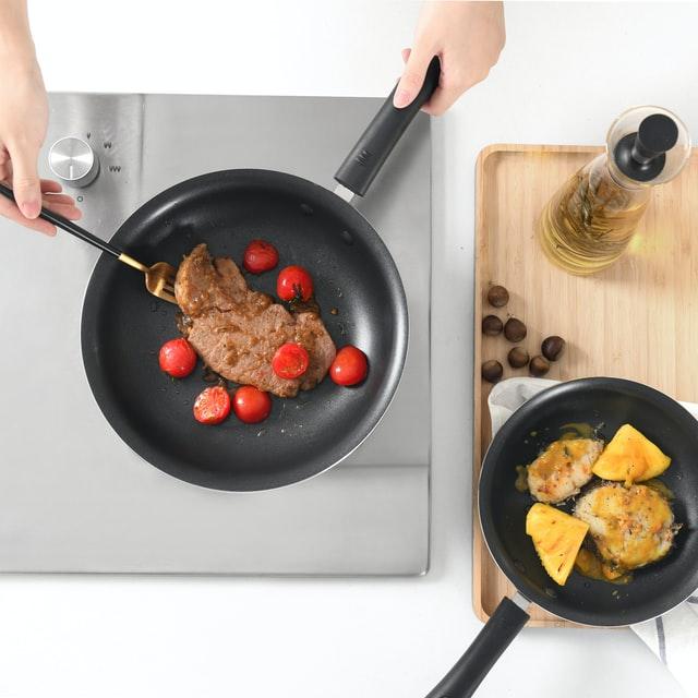 friture de viande à la poêle de cuisine